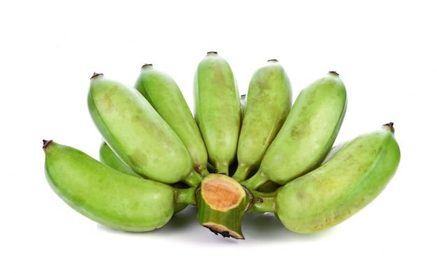 Pakiet zielonych bananów na białym tle