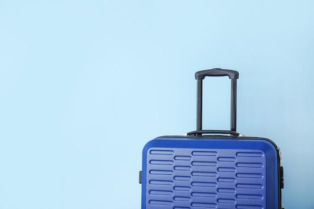 Pakowana walizka na kolorowym tle. koncepcja podróży