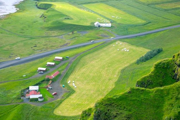Pakowane w białe bele trawy zebranej na polu islandii