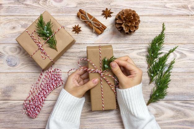 Pakowanie prezentów, kobieta pakuje prezenty krok po kroku