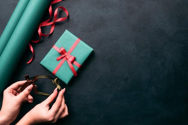 Pakowanie prezentów. kobieta ręce ozdabianie pudełka