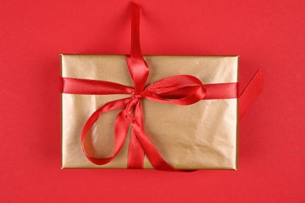 Pakowanie prezentów na czerwonym tle.