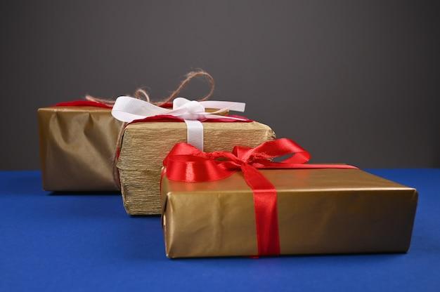 Pakowanie prezentów na niebieskim tle. wysokiej jakości zdjęcie