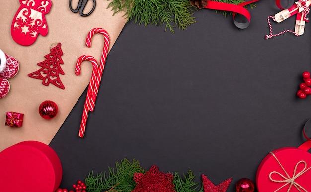 Pakowanie prezentów. opakowanie nowoczesnych pudełek na prezenty świąteczne w stylowy szary papier