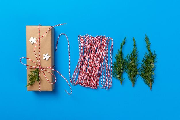 Pakowanie prezentów. pakuje prezenty, widok z góry krok po kroku