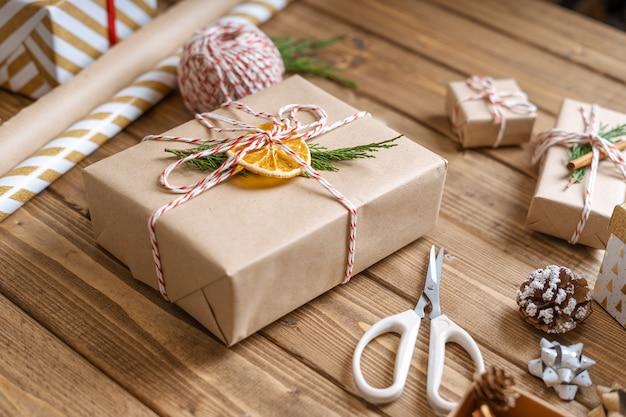 Pakowanie prezentów świątecznych.