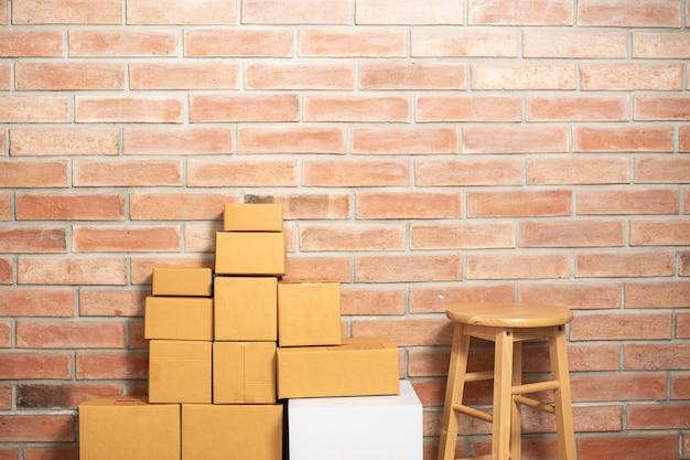 Pakowanie pudełek dostawy w pokoju