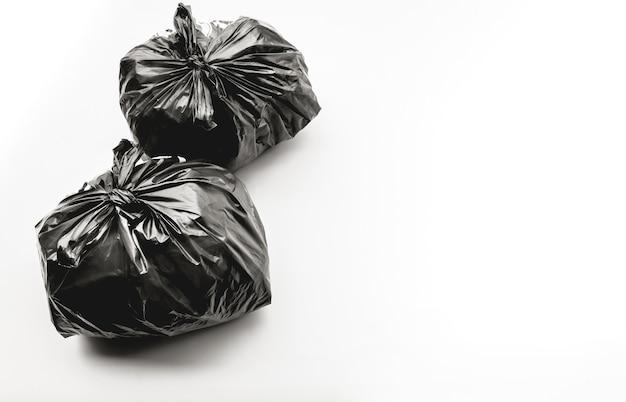 Pakowanie śmieci w czarne plastikowe torby