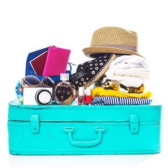 Pakowanie walizki na wycieczkę na białym tle
