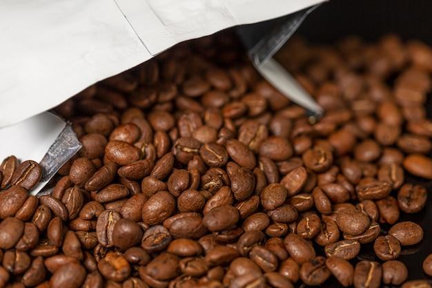 Pakowanie z ziaren kawy. zbliżenie.