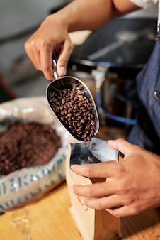 Pakowanie ziaren kawy w sklepie