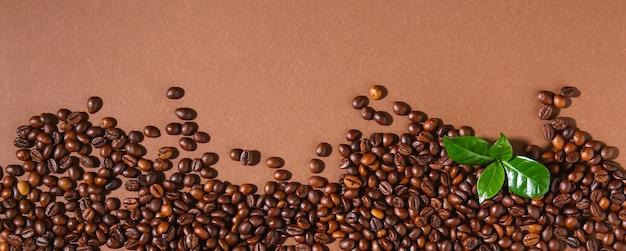 Pala palonych ziaren kawy brązowy