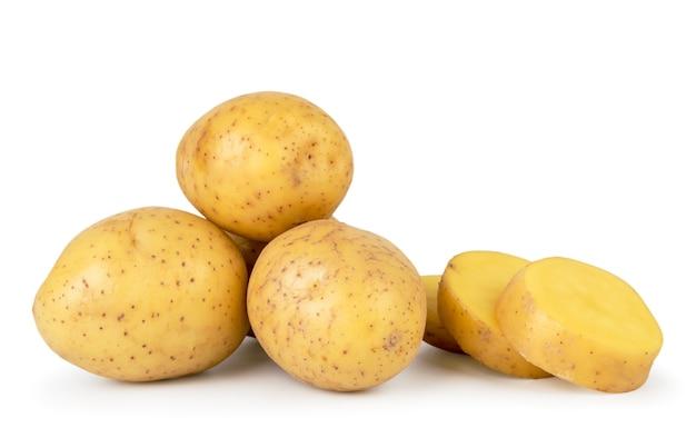 Pala ziemniaków i pokroić na kawałki zbliżenie na białym tle. odosobniony.