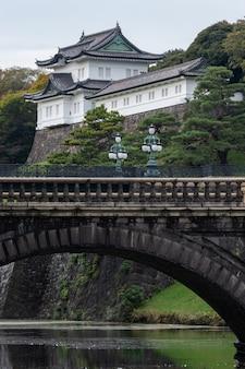 Pałac cesarski w tokio, japonia. pałac cesarski to obecnie miejsce, w którym mieszka cesarz japonii.