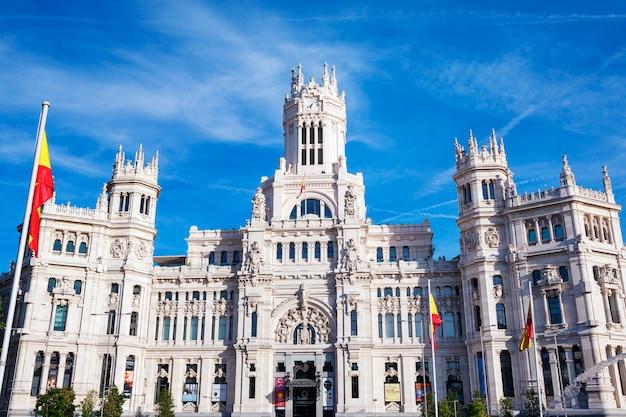 Pałac cibeles to najbardziej znany z budynków przy plaza de cibeles w madrycie w hiszpanii