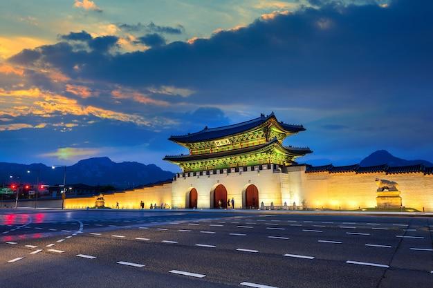 Pałac geyongbokgung i światła samochodu o zachodzie słońca w seulu, w korei południowej.