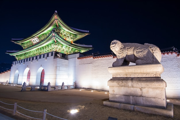 Pałac geyongbokgung nocą w seulu w korei południowej.