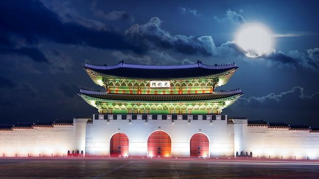 Pałac gyeongbokgung i noc w pełni księżyca w seulu, w korei południowej