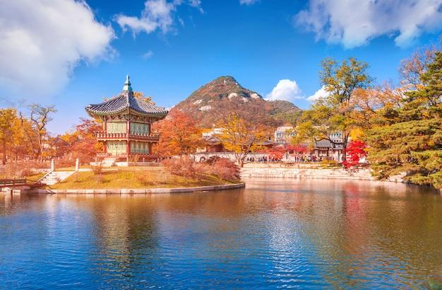 Pałac gyeongbokgung jesienią, seul, korea południowa.