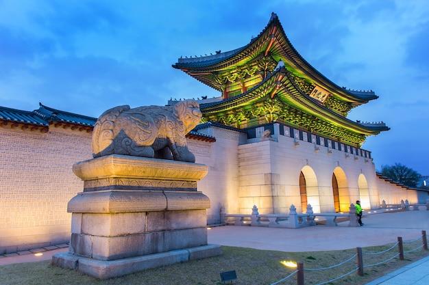Pałac gyeongbokgung nocą w seulu w korei południowej.