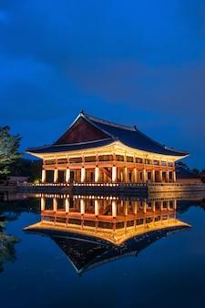 Pałac gyeongbokgung nocą w seulu w korei.