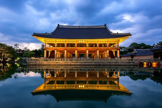 Pałac gyeongbokgung nocą w seulu w korei