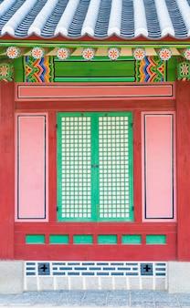 Pałac gyeongbokgung piękna tradycyjna architektura w seulu, korea - wzmocnienie przetwarzania kolorów