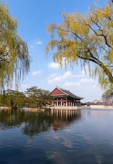 Pałac gyeongbokgung w seulu, korea południowa.