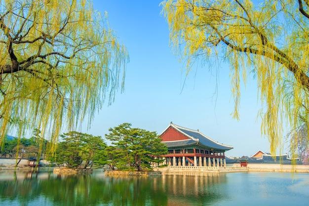 Pałac gyeongbokgung wiosną, korea.