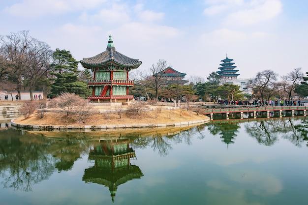 Pałac gyeongbokgung wiosną, seul, korea południowa.