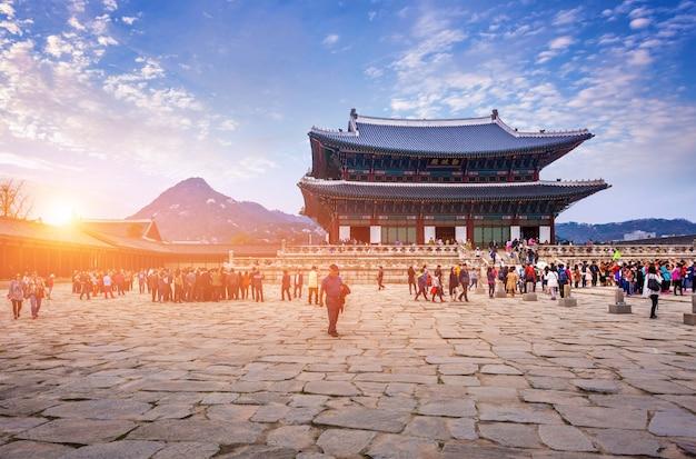 Pałac gyeongbokgung z wieloma ludźmi i, seul, korea południowa.