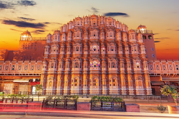 Pałac hawa mahal w jaipur, indie, piękny widok na zachód słońca.