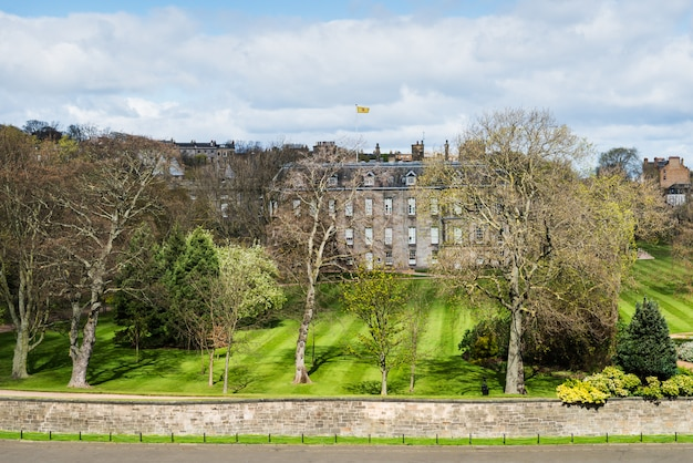 Pałac hollyrood oglądany ze wzgórza w edynburgu w szkocji,