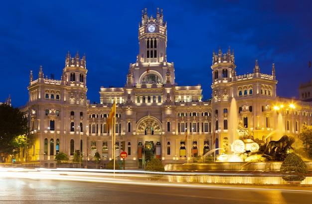 Pałac komunikacji w nocy. madryt, hiszpania
