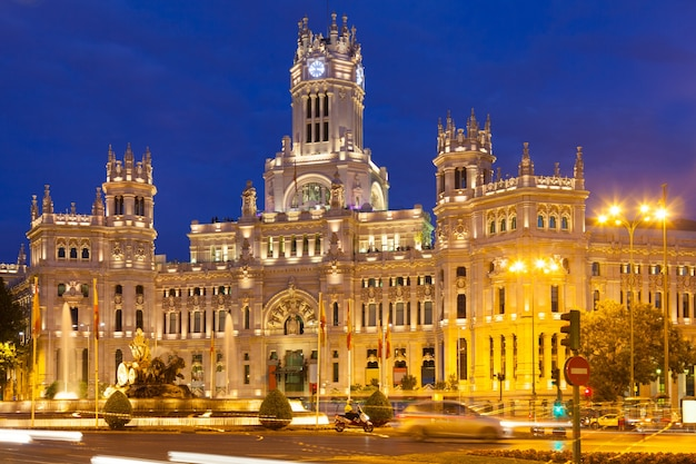 Pałac komunikacji w wieczór. madryt, hiszpania