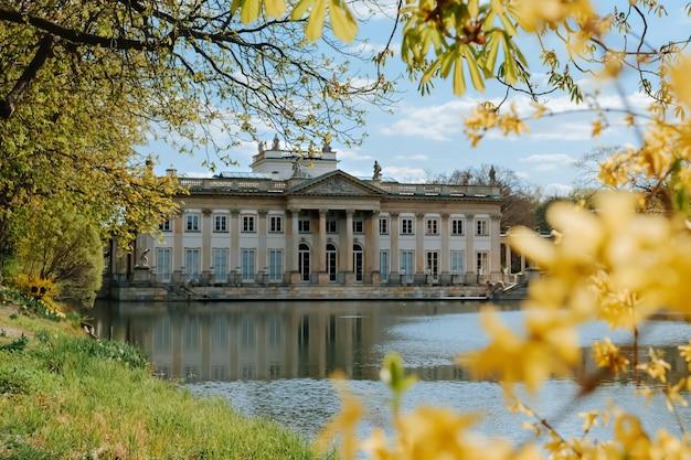 Pałac królewski w łazienkach na wiosnę w warszawie