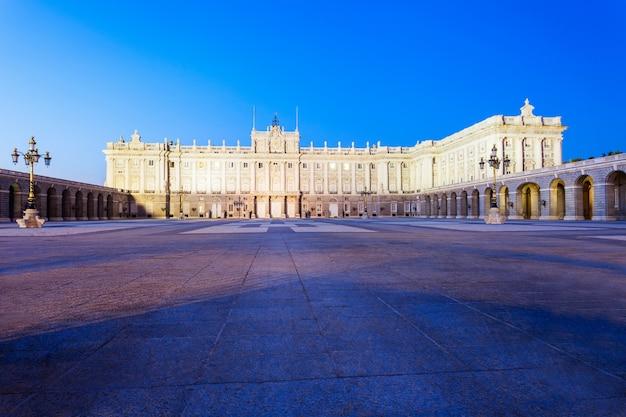 Pałac królewski w madrycie lub palacio real de madrid jest oficjalną rezydencją hiszpańskiej rodziny królewskiej w madrycie w hiszpanii