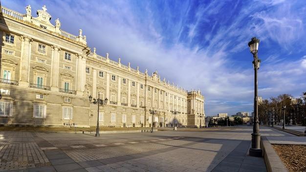 Pałac królewski w madrycie o świcie pewnego dnia z chmurami i błękitne niebo. hiszpania.