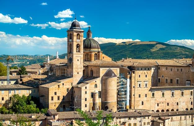 Pałac książęcy i katedra w urbino we włoszech