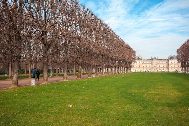 Pałac luksemburski w jardin du luxembourg, park w paryżu.