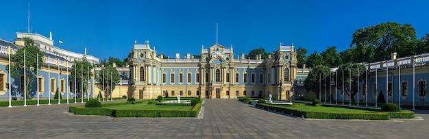 Pałac maryjski w pobliżu rady najwyższej ukrainy w kijowie na ukrainie, w słoneczny letni poranek