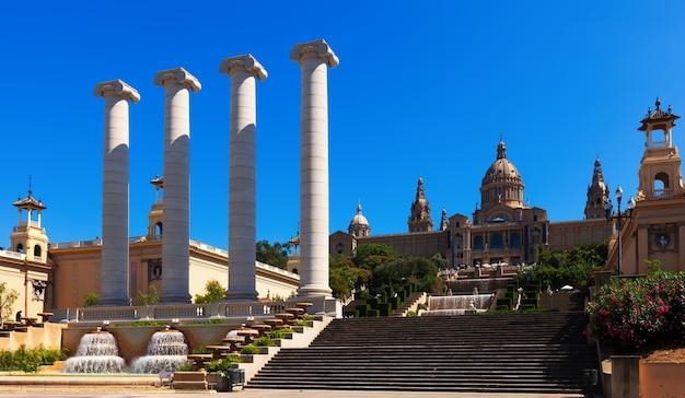 Pałac narodowy montjuic w słoneczny dzień. barcelona
