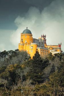 Pałac pena na wzgórzu w mieście sintra w portugalii