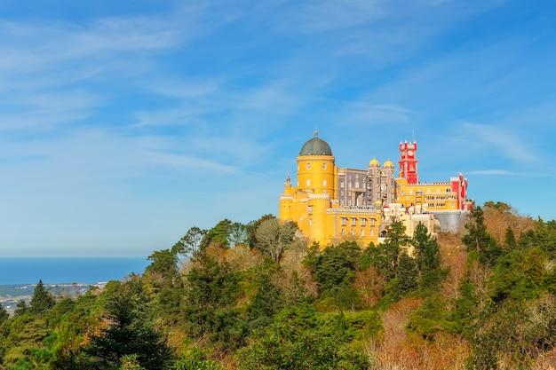 Pałac pena w sintrze, portugalia. wspaniały widok na morze.