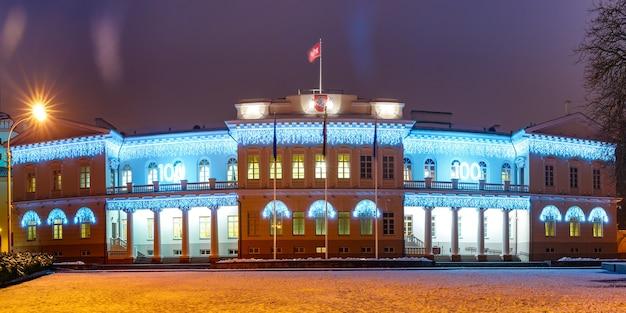 Pałac prezydencki nocą wilno, litwa, kraje bałtyckie
