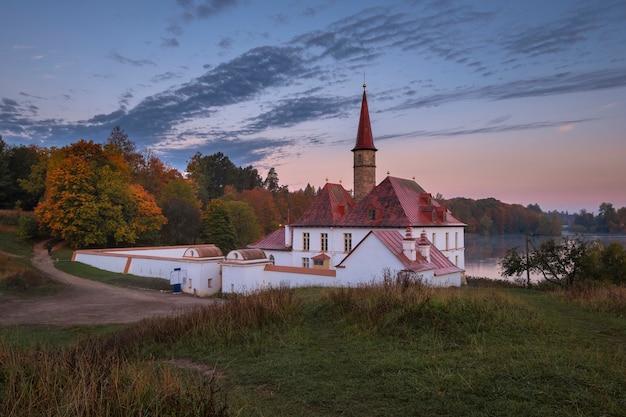 Pałac prioratskiy w mieście gatczyna, mglisty poranek podczas złotej jesieni.