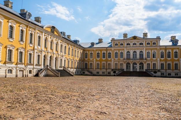 Pałac rundale - główny zespół pałacowy architektury barokowej. łotwa.
