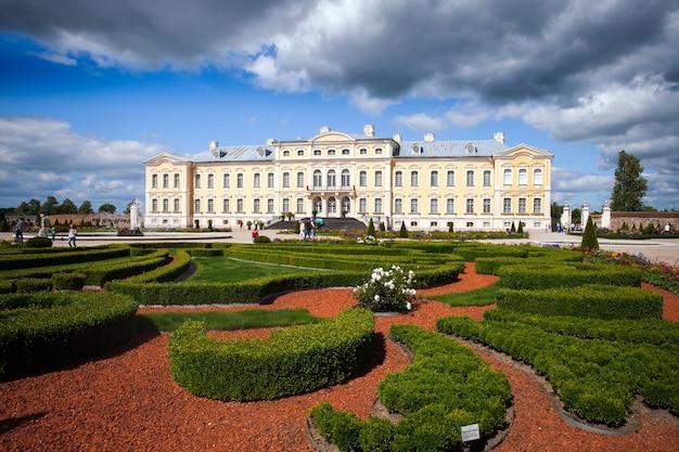 Pałac rundale zbudowany w stylu barokowym w pilsrundale na łotwie