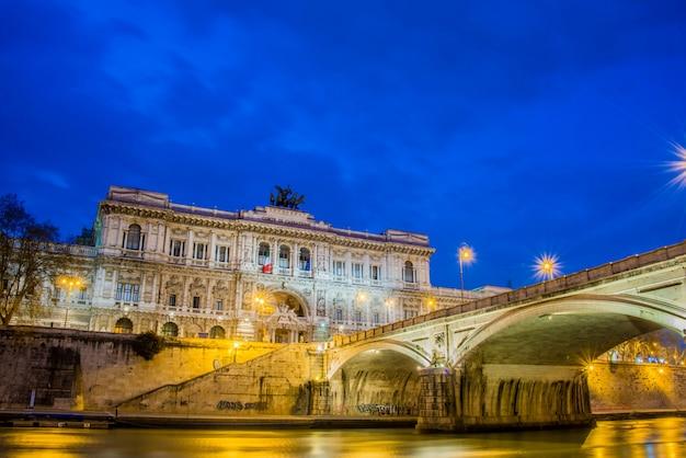 Pałac sprawiedliwości w rzymie w nocy
