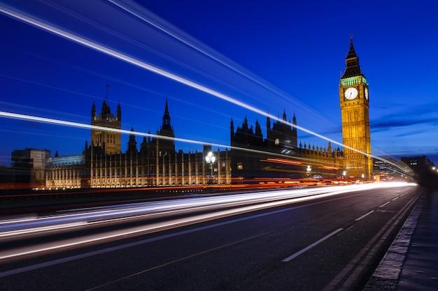 Pałac westminster z elizabeth tower w nocy, big ben w wielkiej brytanii